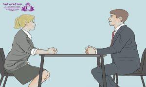 براي داشتن زبان بدني موثر و اعتماد به نفس در حین مکالمه با مخاطب بهتر است کمي به سمت جلو خم شويد