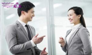 براي داشتن شخصيتي جذاب در حين برقراري ارتباط با گفتگو از زبان بدن براي مکمل آن استفاده کنيد