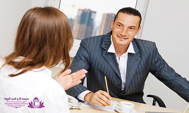 در حین گوش دان از حرکات و موارد اضافی پرهیز کنید تا حواس گوینده پرت نشود و تنها به صحبتهای او گوش دهید